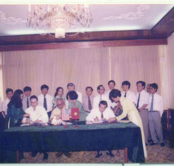 Lễ ký kết hợp đồng liên doanh thành lập công ty Delta năm 1994